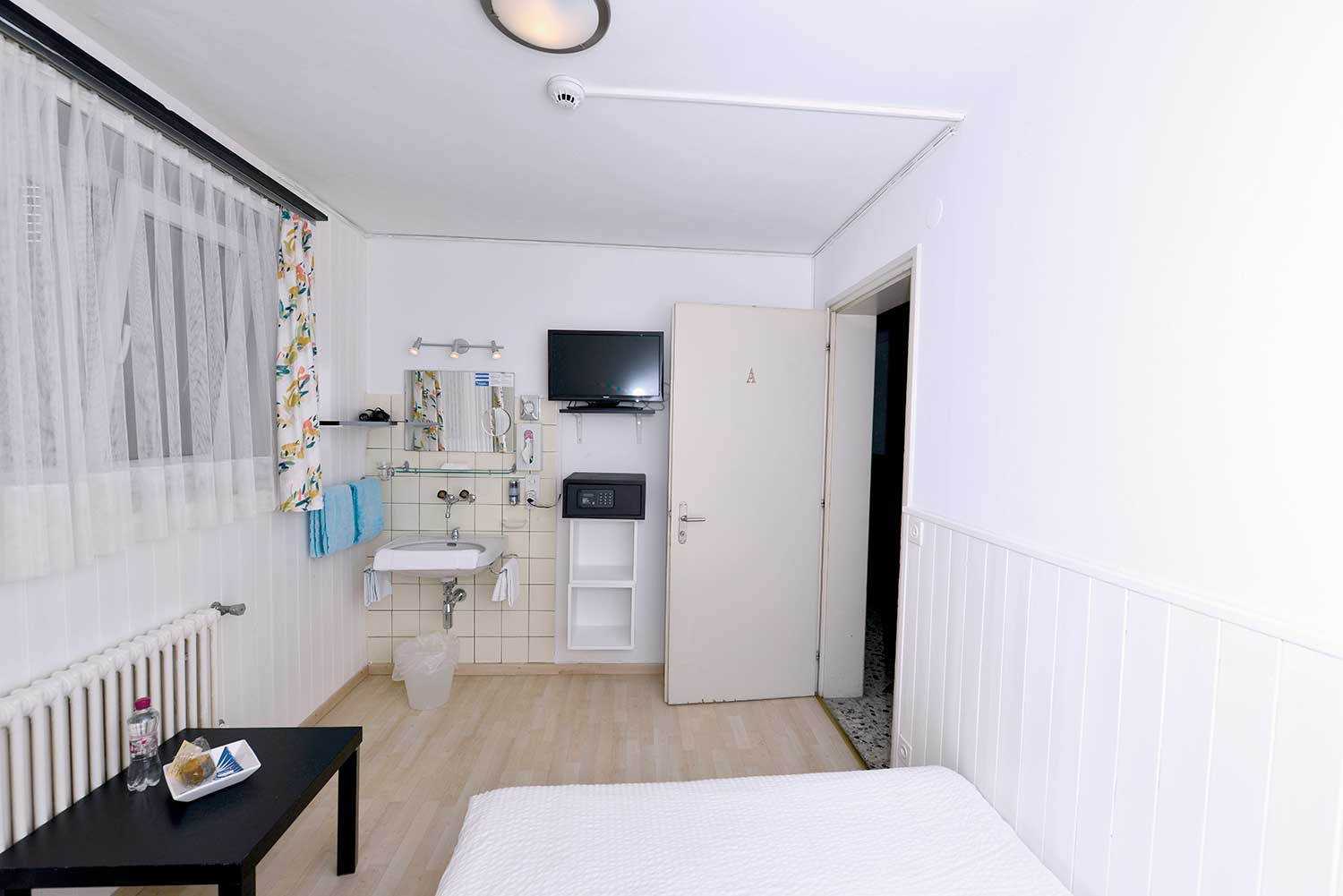 Very Simple Rooms Basement Floor With Shared Bathroom
